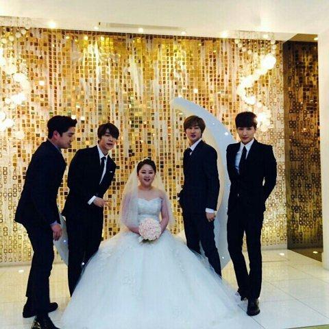 史上最帥氣伴郎團現身!?昨天(1月31日)是Super Junior成員金希澈的姊姊金希珍結婚的日子。除了不可缺席的希澈外,Super Junior成員利特、強仁、東海和銀赫也到場助陣,堪稱最帥氣伴...