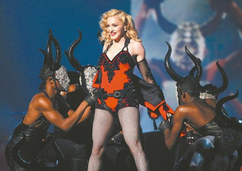 第57屆葛萊美獎昨舉行頒獎典禮,56歲瑪丹娜維持清涼性感的風格,她在台上演唱時要全場跟著動起來,泰勒絲等後輩都乖乖照辦,女皇氣勢不減當年。