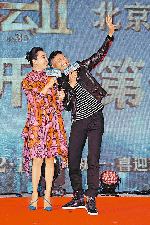 周潤發、張家輝、劉嘉玲主演的「賭城風雲2」8日在北京舉辦首映,不巧撞上章子怡、汪峰高調宣布訂婚,提前「預約」好頭條。為拚頭條,周潤發在現場比以往更加活躍,瘋自拍、開玩笑。周潤發與劉嘉玲在「賭城2」時...