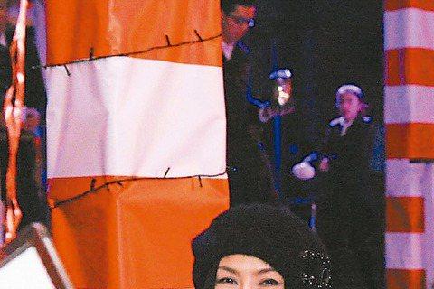 周杰倫台北婚宴邀來演藝圈長輩們同樂,遠道而來的曾志偉大方獻上祝福。宣布今年演唱會後封麥的二姐江蕙成焦點,江蕙一到現場即與張菲、費玉清擁抱打招呼,低調入席。