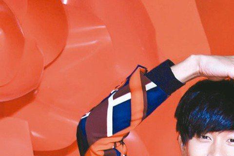 JJ林俊傑新專輯中有首歌「手心的薔薇」,邀請鄧紫棋一同合唱,日前鄧紫棋低調來台與JJ拍MV,兩人還上演互相背後環抱、摸臉等親密舉動,JJ還獻上玫瑰花跟鄧紫棋搞笑示愛,讓拍攝時激起不少火花。