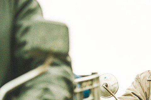 天王劉德華最近發表新歌「回家的路」,雀屏中選成為羊年央視春晚宣傳及電影「失孤」主題曲,華仔本人也會在春晚當天首度獻唱,加上剛好適逢春節假期,以「回家的路」為背景歌的公益廣告,也搭上春運返鄉熱潮,在大...