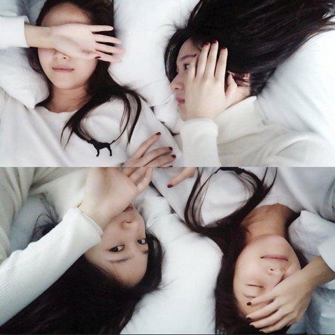 Jessica(鄭秀妍)今早在Instagram公開了與妹妹Krystal(鄭秀晶)在床上的合照,兩人一身純白,連皮膚都好白。網友看到照片表示:「『鄭氏姊妹』終於出現了!」、「姊妹倆真漂亮!」。而J...
