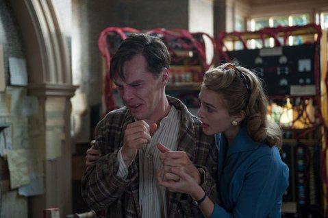 班奈迪克康柏拜區在《模仿遊戲》中飾演艾倫圖靈,後世尊稱他為電腦科學之父,但是因其同性戀的傾向不容於當時保守的英國社會,他被判化學閹割(即被迫服用抗雄性激素藥物,以減少性衝動),後來圖靈在1952年吃...