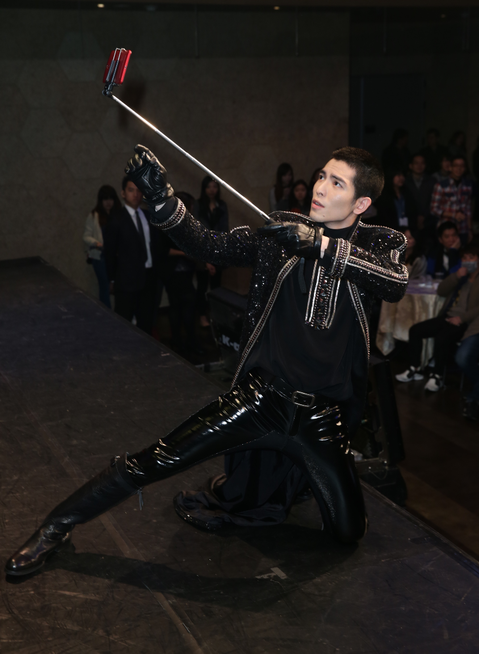 蕭敬騰昨出席電玩代言記者會,穿上黑色長袍帥氣亮相,在現場還拿出自拍神器,與大家一同合照。