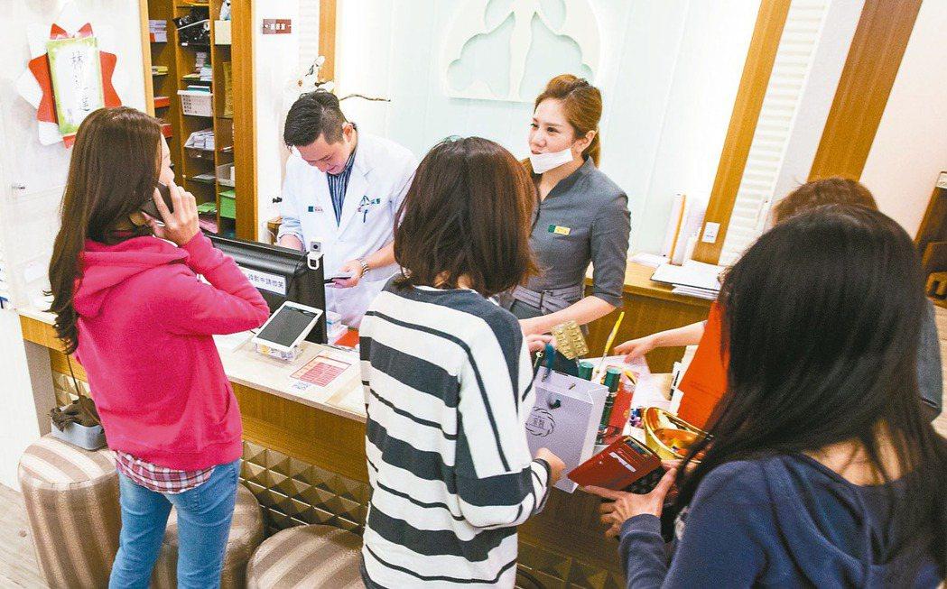 年節將近,許多民眾把握連續假期,醫美診所人潮較往常增加許多。 記者鄭清元/攝影
