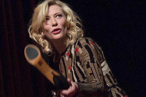 凱特布蘭琪(Cate Blanchett)出席電影《仙履奇緣(Cinderella)》在柏林影展的首映會,人家灰姑娘是午夜12點一到不小心遺留下一隻玻璃鞋,不過影后穿著名牌高跟鞋,一進戲院就把鞋脫了...