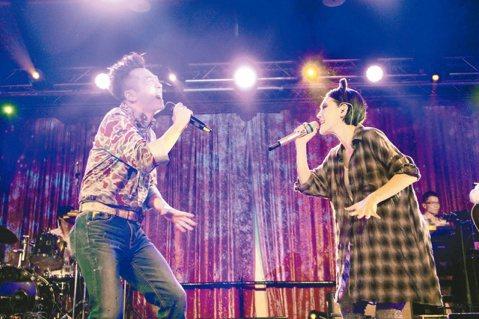 小S前晚以elephant DEE歌手身分,在情人夜製造一夜歡樂,尾聲嘉賓哈林抱怨「自罪自受」,因為鼓勵她反被盧。而哈林最後壓軸助陣小S與她合唱,更掀起最高潮。