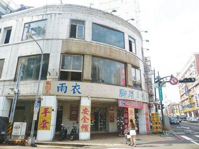 老字號中央書局如今成為安全帽商店,預計今年八月再顯風華。 記者趙容萱/攝影