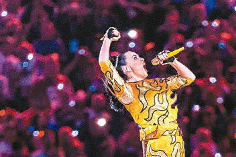 4月28日將首度來台在台北小巨蛋開唱的凱蒂佩芮日前在美國NFL超級杯中場秀先做了一場精采的預演,當日演出名列近代收視最高的中場秀,事實上,超級杯歷來有不少值得名垂千古的中場秀。