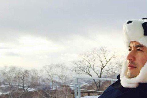 黃曉明與Angelababy愛得很高調,不時曬恩愛。昨天黃曉明又度分享兩人和友人一起去玩雪的恩愛照,當中黃曉明戴起熊貓帽賣萌,當然萌的程度不及戴上兔子帽的女友baby啦!黃曉明還寫道:「認為雪人可愛...