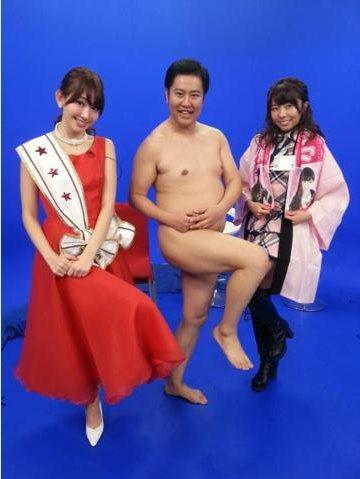在AKB48的深夜綜藝節目「有吉AKB共和國」中,竟然口味玩這麼大,跟全裸的的諧星唱歌跳舞!原來這位諧星的裝扮就是喜歡穿著丁字褲啦!AKB48成員小嶋陽菜在推特上公開一張節目花絮合照,男諧星清安村把...