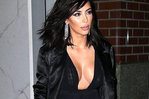 美國紐約冷要命,不過女星金卡戴珊「愛水不怕流鼻水」,15日身穿開胸黑色長裙出現在大街上,渾圓雙球著實堅挺,畢竟是…。看身型,金卡戴珊似乎還瘦了點,大家覺得她這身打扮如何呢?看金卡戴珊表情鎮定,穿這樣...