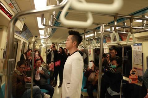 哈林一個人穿著一身白站在捷運車廂裡,旁邊還有民眾圍觀,並且紛紛拿起手機忙著捕獲「野生的哈林」,讓哈林覺得好尷尬!原來他是為了除夕播出的「紅白藝能大賞」節目在捷運內拍攝片頭,哈林昨晚在臉書一PO出這張...
