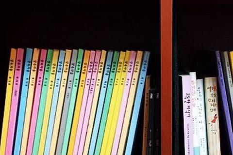 書櫃上整齊擺放著一本本色彩鮮豔的……居然是人氣韓劇《繼承者》和《Pinocchio》的劇本,而且還是主演親自保存下來的唷!這位把劇本留存下來的主角就是現在人氣超夯的韓流女神朴信惠啦!朴信惠前幾天公開...