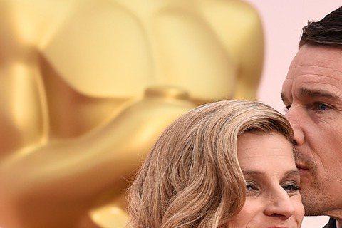 奧斯卡現場星光,伊森霍克(Ethan Hawke)與老婆Ryan Hawke紅毯上秀恩愛。伊森霍克以《年少時代》入圍本屆奧斯卡最佳男配角。
