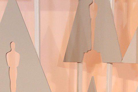 奧斯卡現場星光,以《控制》入圍最佳女主角的羅莎蒙派克一身紅裝露腿登場!