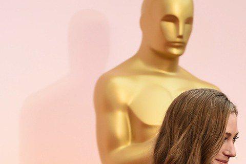 奧斯卡現場星光,以《愛的萬物論》入圍最佳男主角的艾迪瑞德曼與愛妻漢娜現身奧斯卡,小倆口羞澀又甜密!