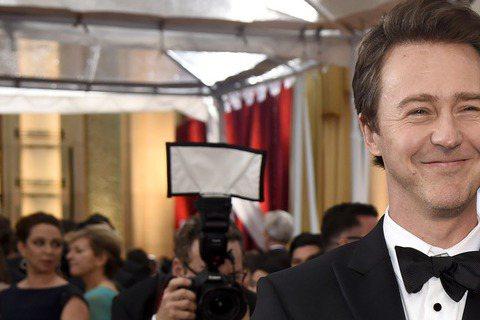 奧斯卡現場星光,以《鳥人》入圍最佳男配角的艾德華諾頓與妻子Shauna Robertson現身奧斯卡,兩人笑得眼睛都瞇成一條線了!