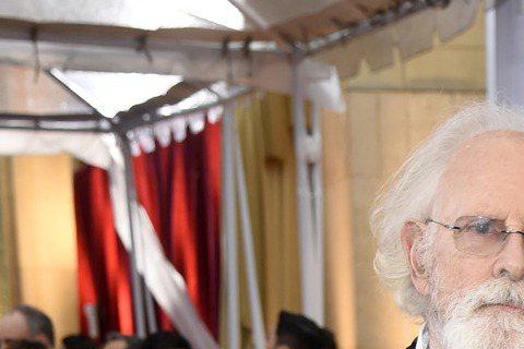 奧斯卡現場星光,以《那時候,我只剩下勇敢》入圍最佳女配角的蘿拉鄧與影帝老爸布魯斯鄧恩現身奧斯卡!
