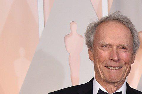 奧斯卡現場星光,以《美國狙擊手》入圍最佳男主角的布萊德利庫柏與導演克林伊斯威特柏現身奧斯卡!