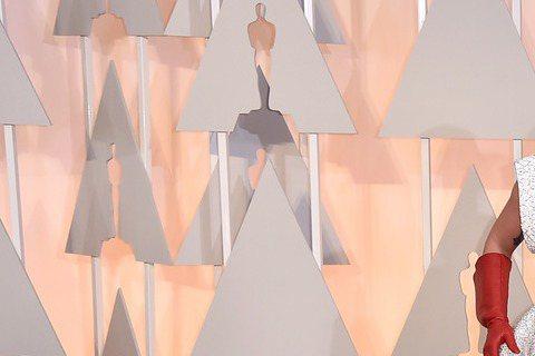 女神卡卡登奧斯卡,與挺孕肚的綺拉奈特莉一起在紅毯上合影,向來奇裝異服的卡卡這次頗為保守。