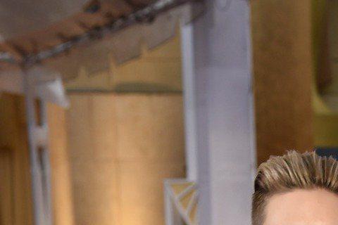 史嘉蕾喬韓森現身奧斯卡,紅毯上身穿綠色禮服的她看起來十分「腰」瘦!而她胸前雖然配戴飾品,隱約中仍擋不住那事業線!