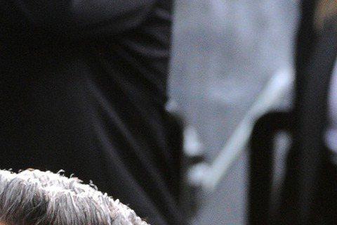 巨石強森在奧斯卡紅毯上嘴大開一副驚訝表情,不知是看到什麼?