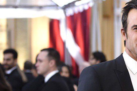 珍妮佛安妮斯頓雖然沒有入圍奧斯卡,也還是美美的來了,身旁還有未婚夫Justin Theroux,笑得好甜蜜。