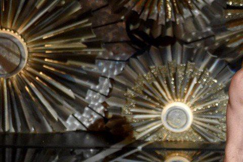 年度盛事奧斯卡頒獎典禮,主持人尼爾竟穿著白色內褲上台主持!原來他是為了致敬電影《鳥人》才做此犧牲,網友大呼「太讚了!」