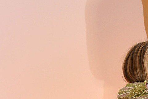 珍妮佛安妮斯頓與艾瑪史東在奧斯卡紅毯玩起愛的抱抱,看艾瑪史東被抱的疵牙裂嘴,珍妮佛你行不行呀?