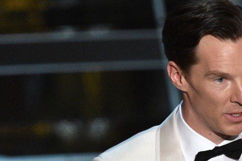班奈迪克穿著白西裝,與銀身穿色禮服的娜歐蜜華茲一起頒發奧斯卡最佳影片剪輯獎。