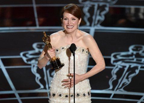 茱莉安摩爾5度入圍奧斯卡,今年終於憑《我想念我自己》一片,正值人生黃金期的語言學教授,因早發性阿茲海默症的角色,成功登上第87屆奧斯卡影后,她說,謝謝大家讓她擁有這麼好的人生。這屆奧斯卡呼聲最高的茱...