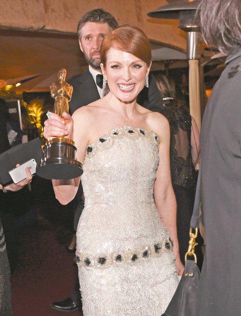 成為奧斯卡得主是不少演藝工作者的目標,卻不常有人認真分析,得獎是否真能改變自己的事業與收入?根據歐美獎項分析家與研究報告的看法,好萊塢性別不平等也嚴重影響奧斯卡帝后及最佳男女配角的後續發展,獲獎男星...
