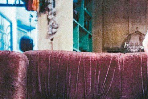 由李烈監製、新生代導演李中執導的第一部電影「青田街一號」,在低調拍攝完成後,昨天首度釋出前導預告,張孝全「百變殺手」、萬茜「抓鬼神婆」與隋棠「洗衣店老闆娘」等3位主角的面貌也終於曝光。搶攻暑假市場的...