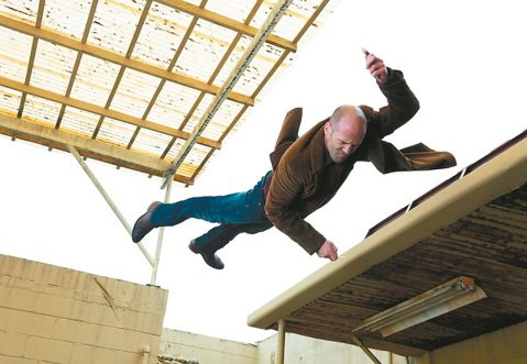 傑森史塔森再推新作「拳力突襲」,將於3月6日在台上映,片中有傑森最擅長的動作身段及拳拳到位的肉搏戰,該片改編自曾以「虎豹小霸王」及「大陰謀」兩片獲奧斯卡最佳編劇獎的威廉戈德曼,於1986年出版的犯罪...