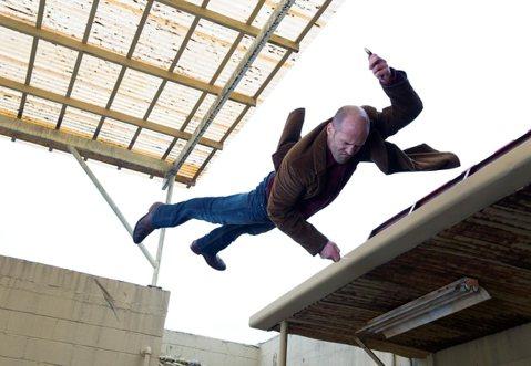 傑森史塔森新片「拳力突襲」將於3月6日上映,詮釋為了賺錢,硬漢演俗仔,甘願遭痛毆,為了精準演出賭徒形象,傑森史塔森還刻意控制飲食,將近3個月,只吃菠菜與糙米飯,讓自己身材精壯,符合角色精神。