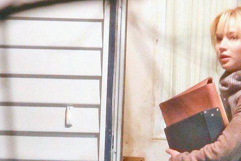 缺席奧斯卡頒獎的珍妮佛勞倫斯,傳在新戲「Joy」片場被撞見和導演大衛歐羅素高分貝互罵,大衛正是以「派特的幸福劇本」將她捧上影后寶座的恩人,彼此是第3度合作,難道她真的「大頭病」發作?電影公司說法是導...