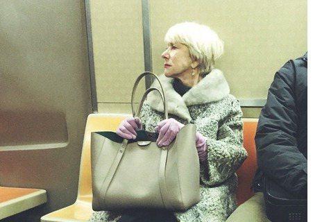 奧斯卡影后「女王專業戶」海倫米蘭最近在紐約演出百老匯劇《The Audience》,再次扮演伊莉莎白女王,不過「女王出巡」很親民,因為她的交通工具就是很大眾化的地鐵!網友最近在紐約地鐵上捕獲「野生」...