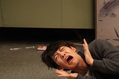 近日,電影《二十》(導演:李炳憲)製作方公開了兩張劇照,主角金宇彬和李俊昊(2PM成員)跳脫型男形象的桎梏,表情和動作充滿喜感。電影《二十》講述了三個二十歲的同齡好友幼稚而可貴的愛情與友情。金宇彬在...