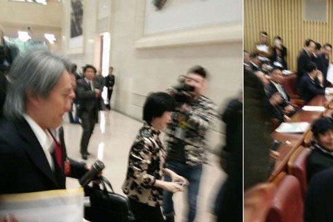 「星爺」周星馳以政委身分出席今早舉行的中國廣東政協會議,曾被批遲到的星爺這次很守時,於開會前6分鐘火速進場,讓媒體來不及圍攻他,不過進場後可就逃不過了...不僅有女委員在他入座時興奮尖叫,讓保安不得...