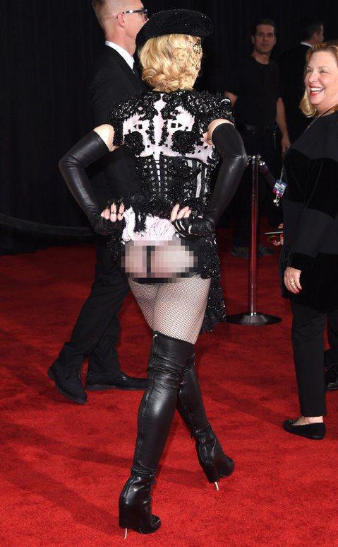 葛萊美獎今天早上九點在洛杉磯盛大展開,娜姊走紅毯上時真是威啊!看她前面低胸爆乳,轉過身一看!我的媽呀!娜姊把小短裙一掀屁屁都露出來啦!果然娜姊是不同凡想的。