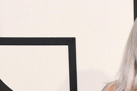 第57屆葛萊美獎今天早上九點在洛杉磯盛大展開,讓我們來看今年紅毯上大明星們精心打扮的服裝秀,當然重點還是擺在女性最常帶出來見客的「乳波」。女神卡卡(Lady Gaga)這次穿著銀色亮片禮服,前面V形...