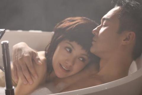 電影《衝上雲霄》中加入了不少新角色,像是郭采潔就加入其中,和「Cool魔」張智霖演情侶,兩人還有一起洗鴛鴦浴的浪漫橋段。在曝光的劇照中,兩人身處在充滿泡泡的浴缸中,郭采潔小露香肩,將頭依偎在張智霖的...