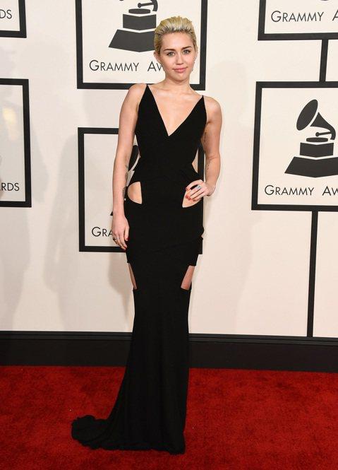 第57屆葛萊美獎今天早上九點在洛杉磯盛大展開,讓我們來看今年紅毯上大明星們精心打扮的服裝秀,當然重點還是擺在女性最常帶出來見客的「乳波」。平常就很愛露的麥莉(Miley Cyrus)穿著黑色低胸禮服...