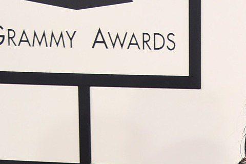 第57屆葛萊美獎今天早上九點在洛杉磯盛大展開,讓我們來看今年紅毯上大明星們精心打扮的服裝秀,當然重點還是擺在女性最常帶出來見客的「乳波」。名援金卡戴珊(Kim Kardashian)也受邀出席葛萊美...