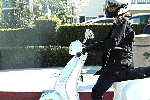 美國洛杉磯上周五早上正值交通尖峰時刻,一位金髮女子騎著偉士牌在車陣中穿梭特別顯眼,她就是好萊塢「小辣椒」葛妮絲派特洛。話說葛妮絲過往曾騎著機車載小孩上下學,並在超車時差點和巴士擦撞,被批評是不良示範...