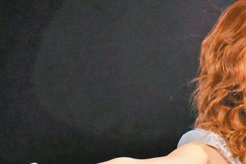 挾「我是歌手2」餘威,鄧紫棋(G.E.M.)在台灣不再只是「林宥嘉前女友」,巡迴演唱會「X.X.X. Live」繼台北場開出完售佳績後,加場的高雄場也在開賣半小時內賣破五成。而他的新單曲「多遠都要在...