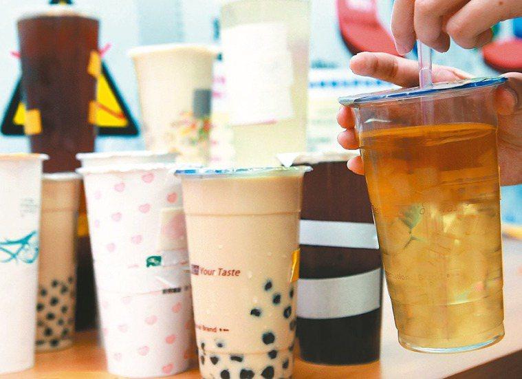 含糖飲料對身體有害,許多人改喝代糖飲料。 報系資料照