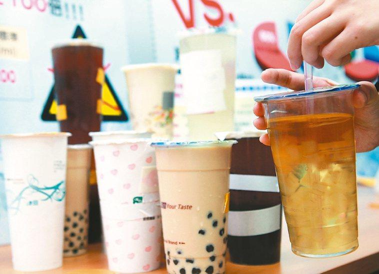 不少市售含糖飲料都含有高果糖玉米糖漿。 報系資料照